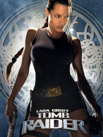 A droite, Angelina Jolie est la première à avoir incarné l'héroïne de notre enfance, au cinéma / Affiche - Lara Croft : Tomb Raider (2001)