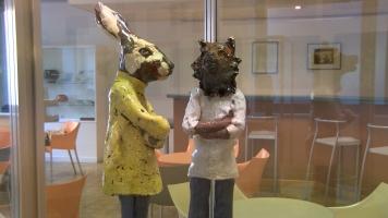 Des sculptures d'émail de Maryvonne Clara, sont présentes.