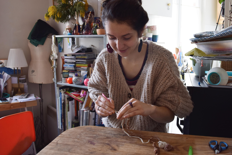 Hélène Verhelle, styliste, fait des collants usagés prêts à
